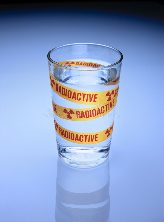 dricka radioaktivt vatten royaltyfri bild