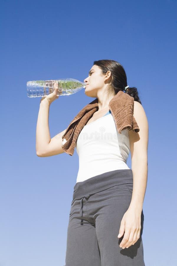 dricka sexig vattenkvinna för övning royaltyfria foton