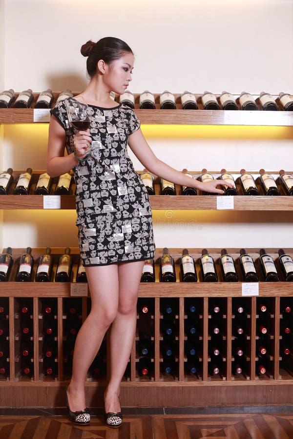 dricka sexig wine för flicka arkivfoton