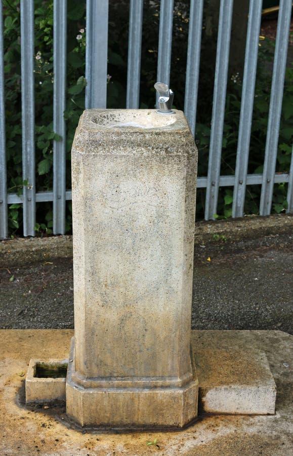 Dricka springbrunnen i en parkera arkivbilder