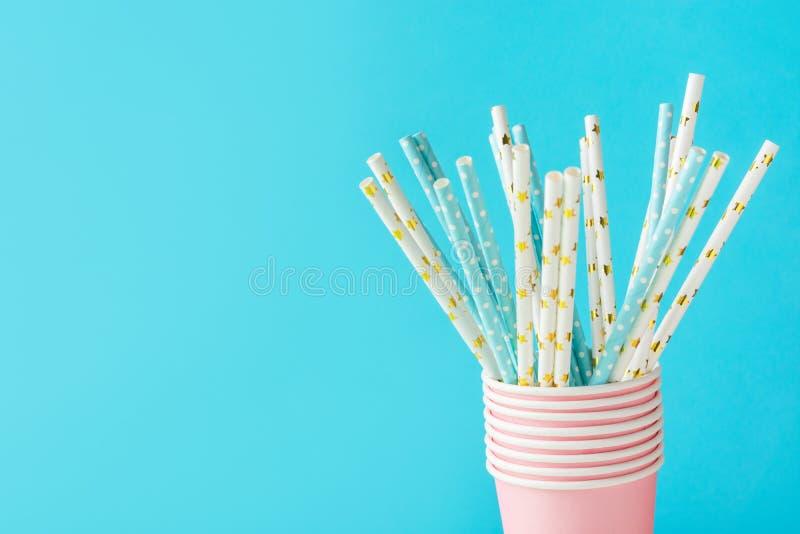 Dricka sugrör för vitt och blått papper med den guld- stjärnaprickmodellen i staplade rosa koppar Nollförlorad naturvänskapsmatch royaltyfria bilder