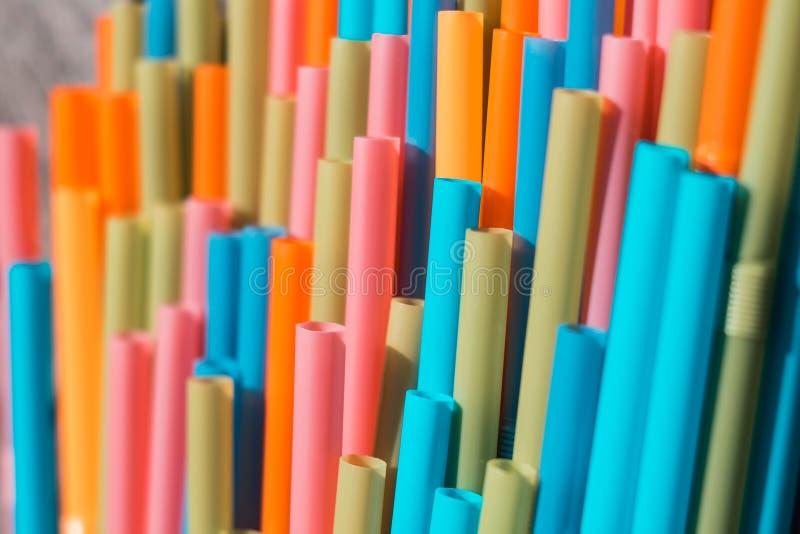 Dricka sugrörcloseupen, färgrik plast- sugrörmakro arkivfoton
