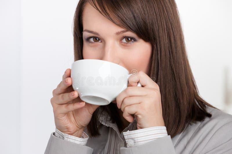 Dricka tea för affärskvinna arkivbilder