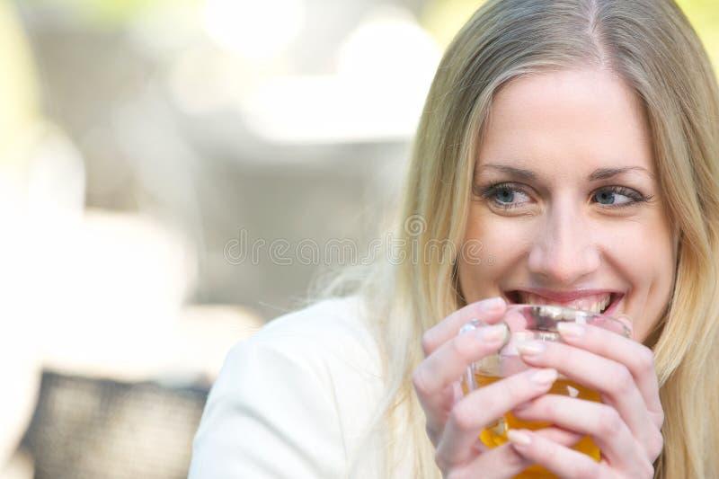 Dricka Tea för härlig blond flicka arkivbild