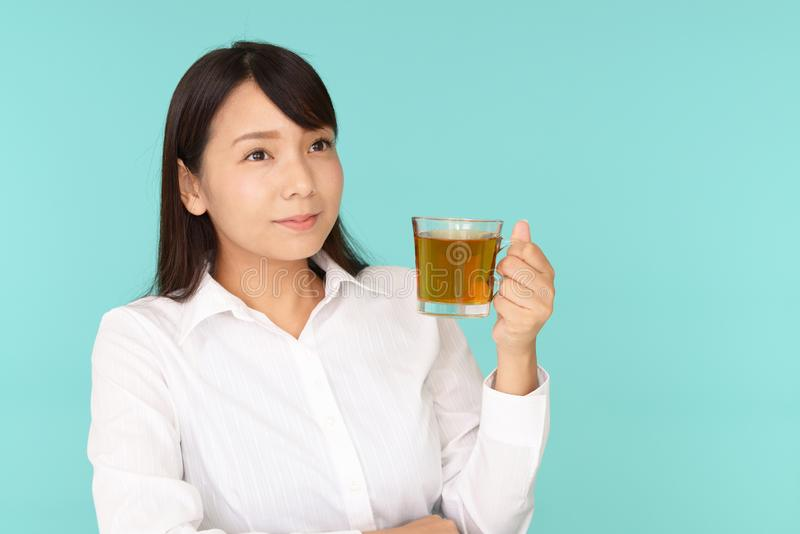 dricka teakvinna arkivbilder