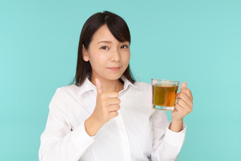 dricka teakvinna arkivbild