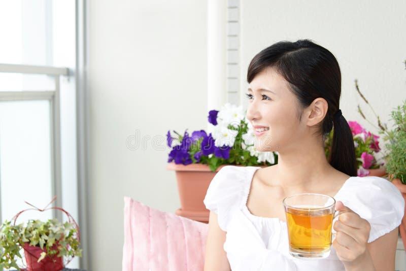 dricka teakvinna royaltyfria foton