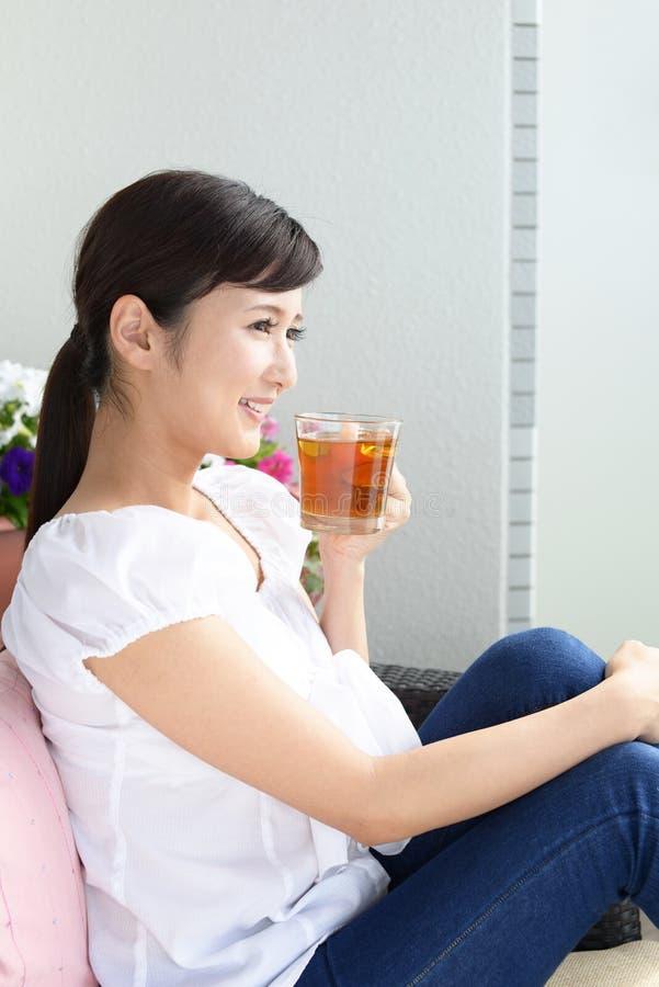 dricka teakvinna royaltyfri bild