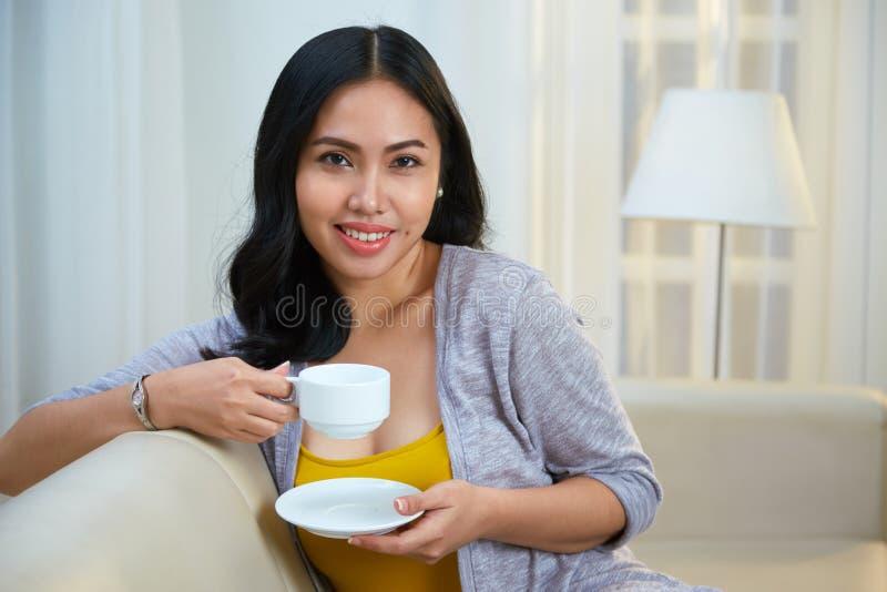 dricka teakvinnabarn royaltyfria bilder