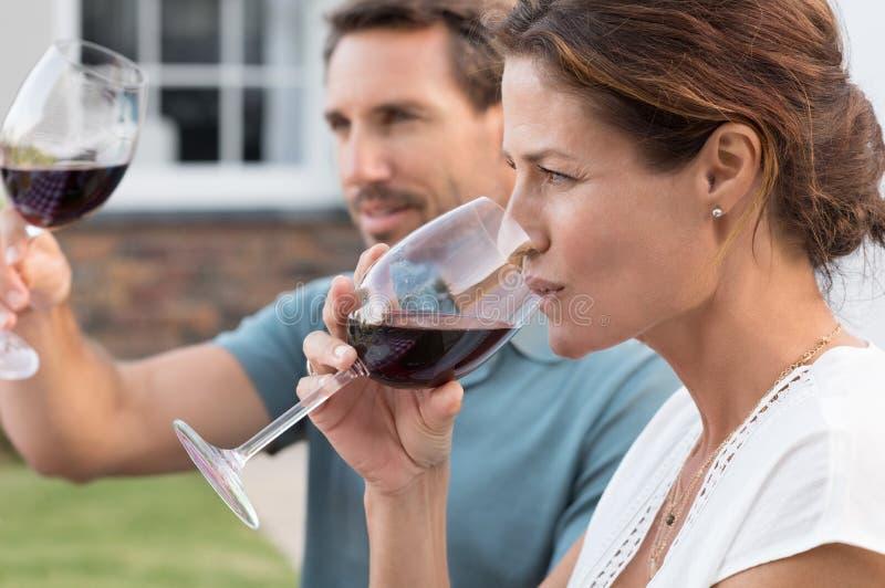 dricka wine för par arkivfoton