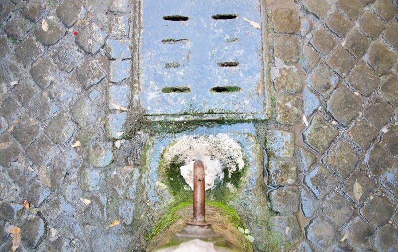 Download Drickbart Springbrunnvatten I Rome Med Kullersten Fotografering för Bildbyråer - Bild av förnya, fritt: 76700975