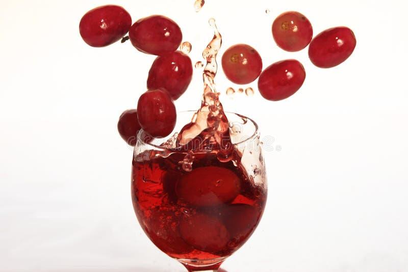 dricker druvafärgstänk arkivbilder