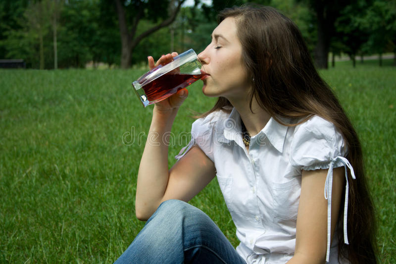dricker flickafruktsaft royaltyfria bilder