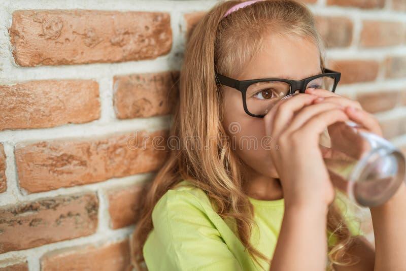 dricker flickan little vatten arkivbild