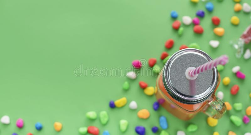 Dricker naturliga nya Smoothies för baner i den glass koppen med sugrör på grön bakgrund royaltyfria foton