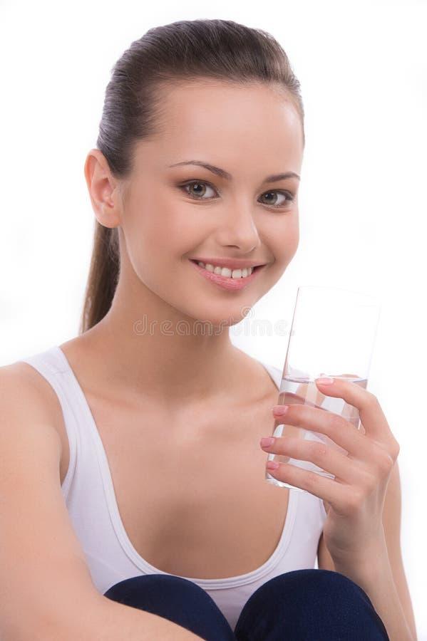 Dricksvatten för ung kvinna. arkivfoton