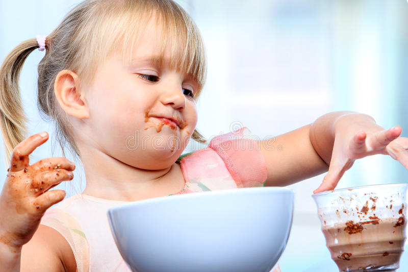 Drie éénjarigen bij ontbijt stock foto's