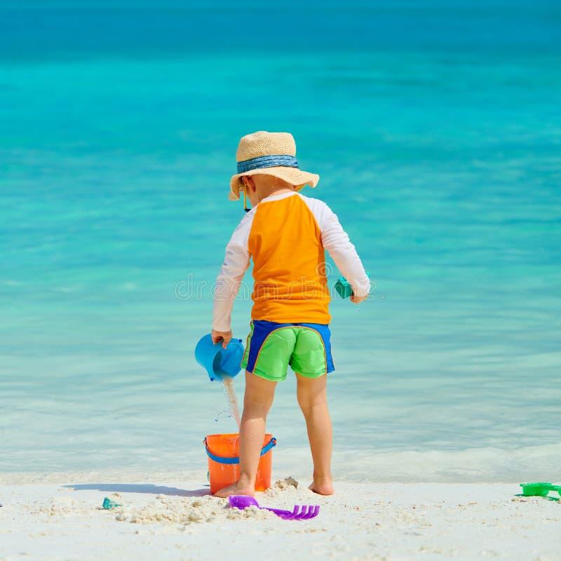 Drie éénjarigen peuter het spelen op strand royalty-vrije stock foto's