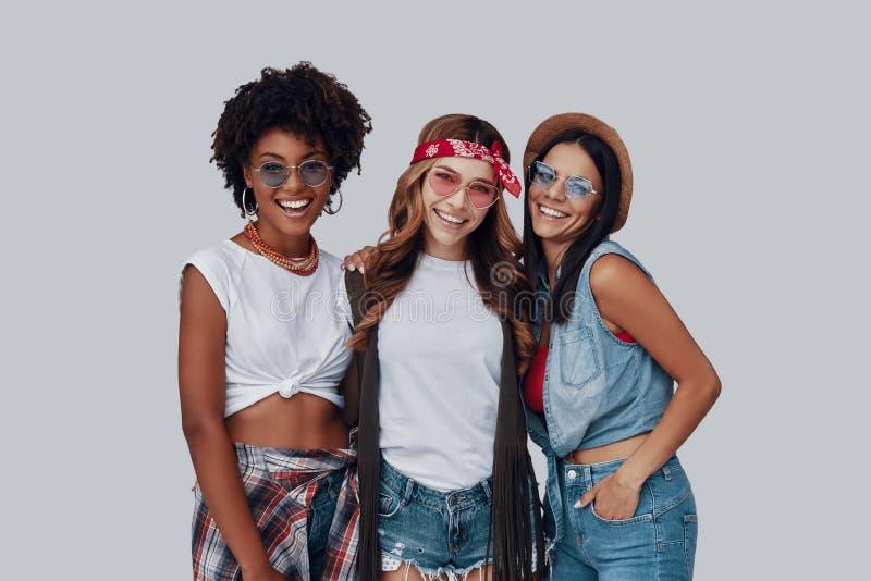 Drie aantrekkelijke jonge vrouwen royalty-vrije stock afbeelding