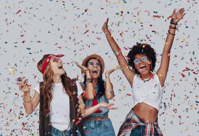 Drie aantrekkelijke jonge vrouwen stock foto's