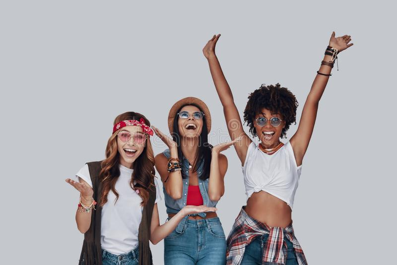 Drie aantrekkelijke jonge vrouwen stock afbeelding