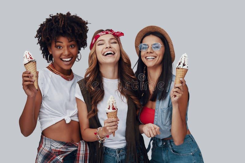 Drie aantrekkelijke jonge vrouwen stock fotografie
