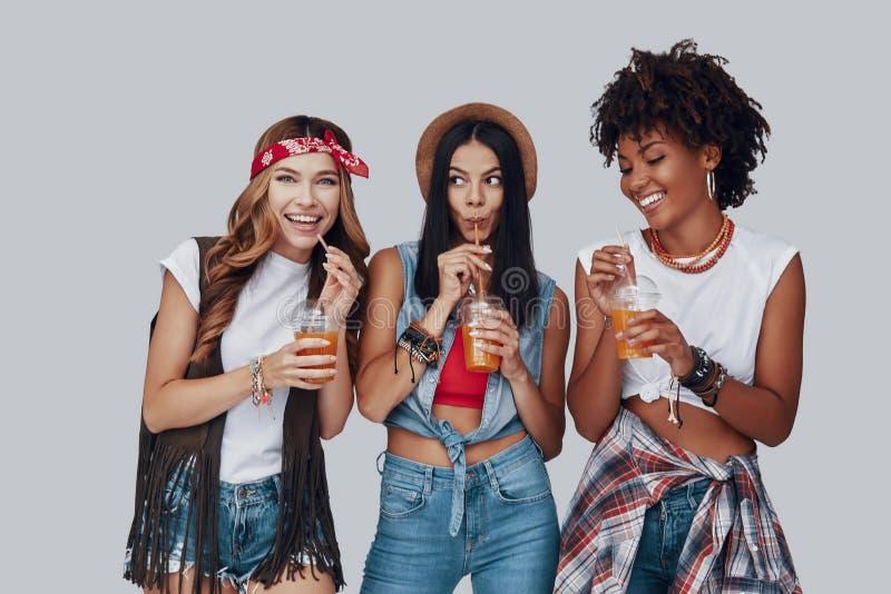 Drie aantrekkelijke jonge vrouwen stock foto