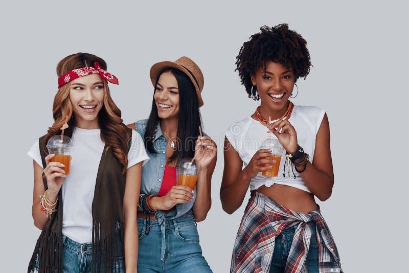 Drie aantrekkelijke jonge vrouwen royalty-vrije stock foto