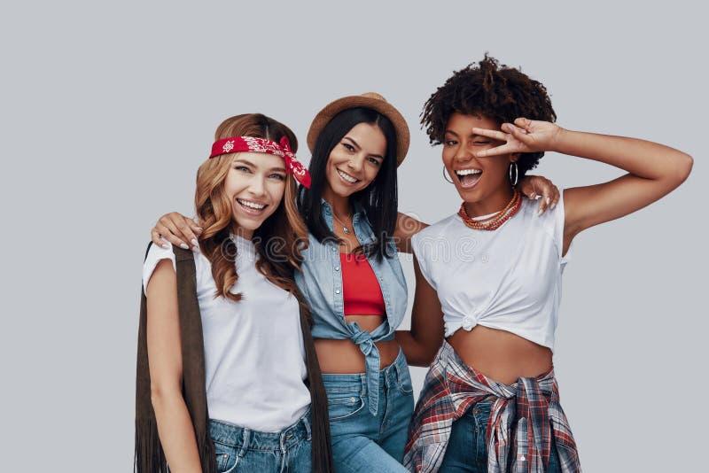 Drie aantrekkelijke modieuze jonge vrouwen royalty-vrije stock foto