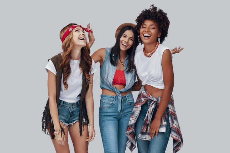 Drie aantrekkelijke modieuze jonge vrouwen stock fotografie