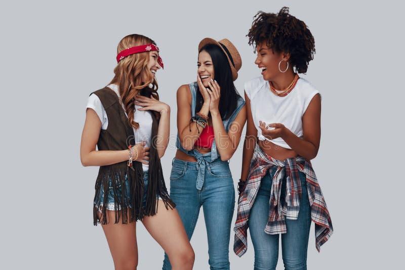Drie aantrekkelijke modieuze jonge vrouwen stock foto