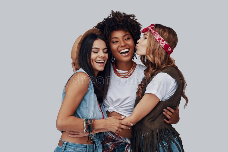 Drie aantrekkelijke modieuze jonge vrouwen royalty-vrije stock afbeelding