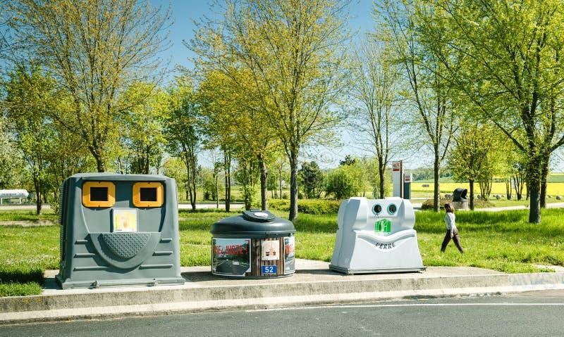 Drie afvalbakken die document, voedselafval recycleren stock fotografie