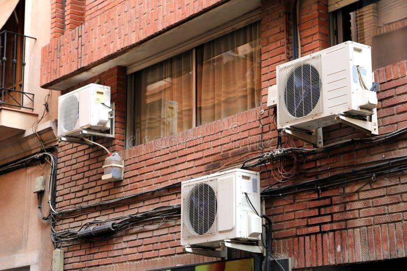 Drie airconditioningseenheden op de buiten rode bakstenen muur van a royalty-vrije stock fotografie