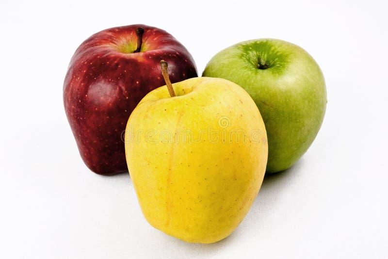 Drie appelen die op een witte achtergrond worden geïsoleerdl royalty-vrije stock fotografie