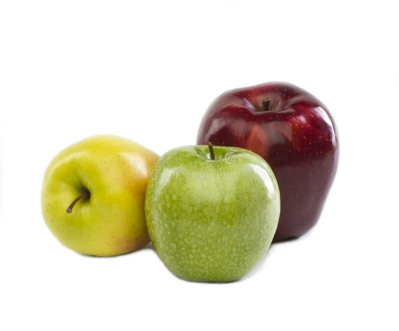 Drie appelen van verschillende kleuren stock afbeelding