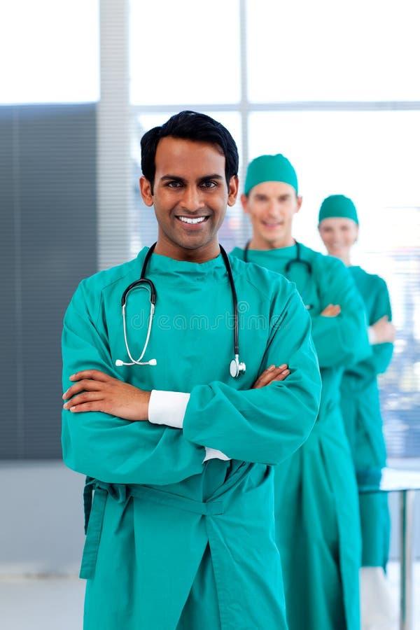 Drie artsen die bij de camera glimlachen stock afbeeldingen