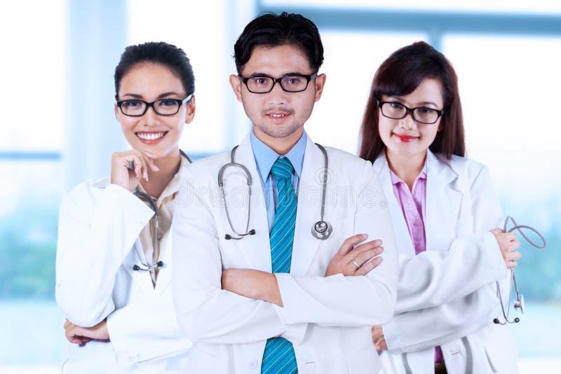 Drie Aziatische medische artsen stock afbeelding