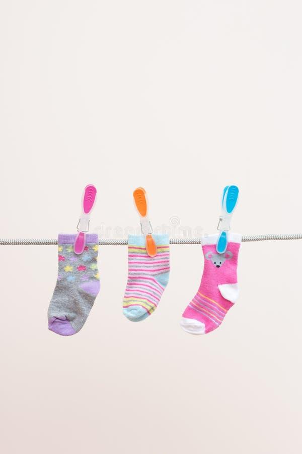 Drie Babyssokken op Waslijn royalty-vrije stock foto
