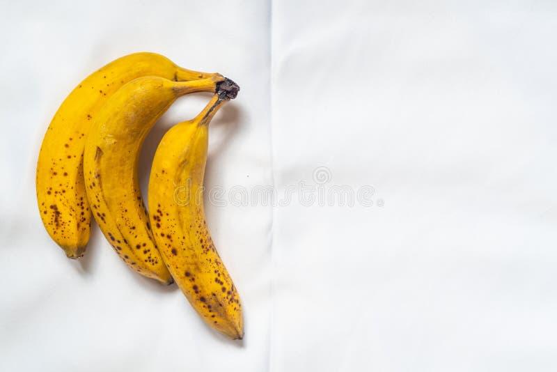 Drie bananen op witte achtergrond royalty-vrije stock afbeeldingen