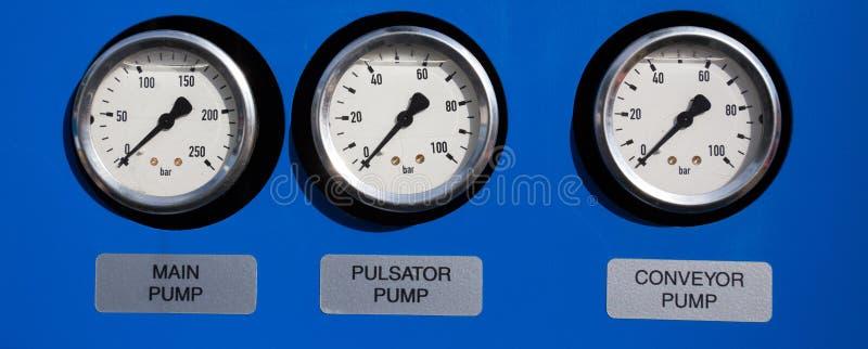 Drie barometers op blauwe achtergrond royalty-vrije stock fotografie