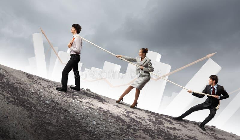 Download Drie Bedrijfsmensen Die Kabel Trekken Stock Illustratie - Illustratie bestaande uit strijd, uitvoerend: 29511513