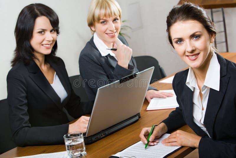 Drie bedrijfsvrouwen stock fotografie