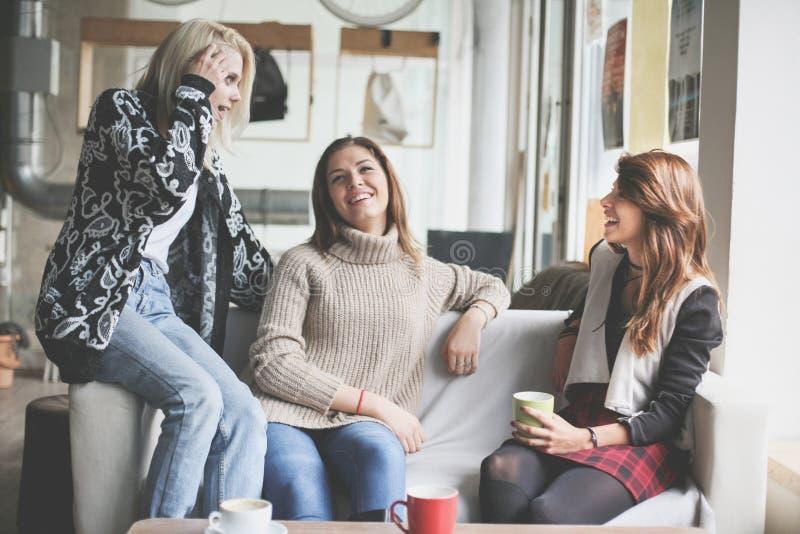 Drie beste vrienden Jonge vrouwen die gesprek hebben royalty-vrije stock afbeeldingen