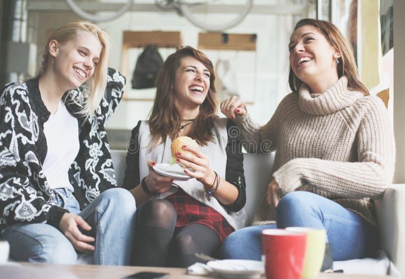 Drie beste vrienden in koffie stock afbeeldingen