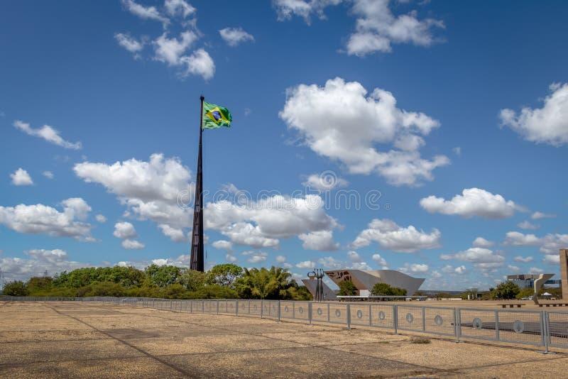 Drie Bevoegdheden Plein en Braziliaanse Vlag - Brasilia, Federale Distrito, Brazilië royalty-vrije stock afbeeldingen