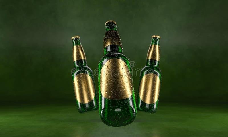 Drie bierflessen die zich op een rustieke groene lijst bevinden Bierspot omhoog De natte bierflessen withgolden etiketten en wate stock foto