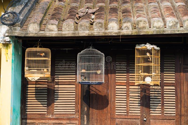 Drie birdcages voor oud huis royalty-vrije stock foto