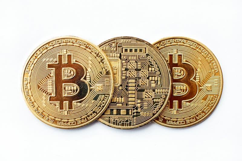 Drie Bitcoin-cryptocurrencymuntstukken liggen op een rij, kunt u beide kanten zien Close-up royalty-vrije stock afbeelding