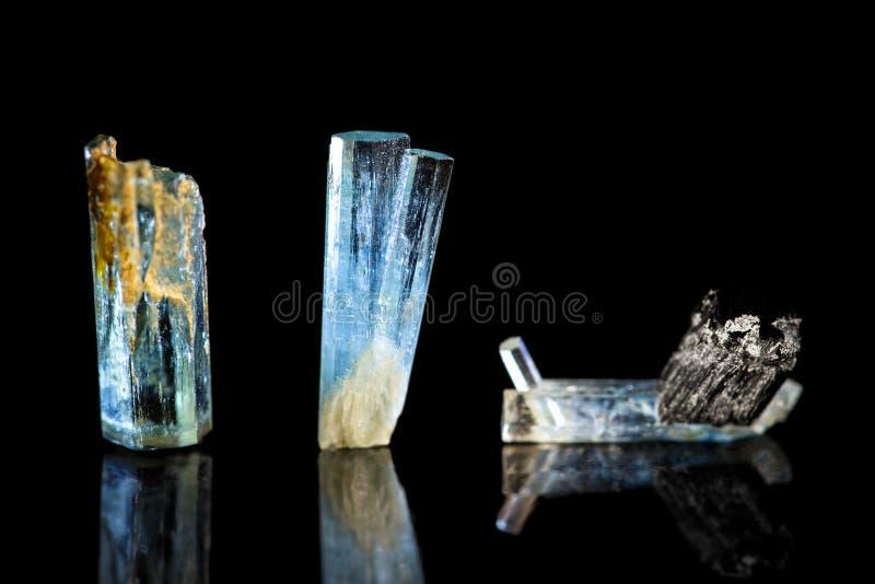 Drie blauwe Tourmaline, Indicolite, zwarte achtergrond, het helen sto stock fotografie
